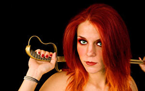 Картинки Черный фон Рыжих Взгляд Сабли Маникюр Волосы молодые женщины