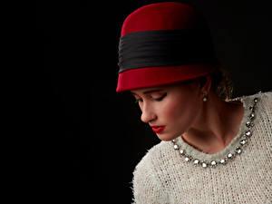 Картинка На черном фоне Свитере Шляпы Красными губами девушка
