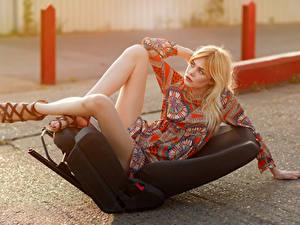 Обои Блондинка Кресло Поза Платья Ноги