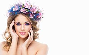 Картинки Блондинок Красивые Мейкап Лица Руки Смотрят Венок Белым фоном молодые женщины
