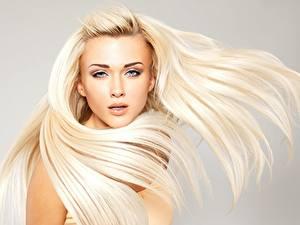 Картинка Блондинки Красивая Фотомодель Волос Смотрит Прически
