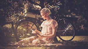 Фотография Блондинка Велосипед Сидит Платье Книга Девушки