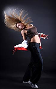 Картинки Блондинка Танцует
