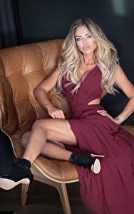 Фотографии Блондинка Платье Сидящие Ноги Туфли
