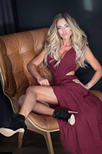 Фотографии Блондинка Платье Сидящие Ноги Туфли Девушки