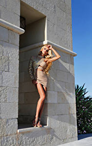 Картинка Блондинка Смотрит Платье