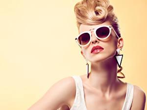 Картинка Блондинка Очки Серег Смотрит Цветной фон Девушки