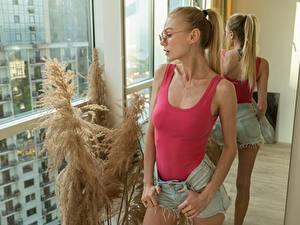 Фотографии Блондинка Очков Майки Руки Шортах Зеркало Отражение молодая женщина