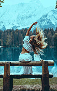 Картинка Блондинки Волосы Сзади Сидящие Руки Скамья молодые женщины