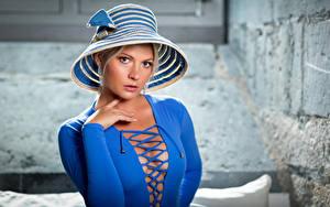 Обои Блондинки Шляпы Платья Синяя Декольте Смотрит