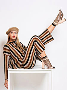 Фотография Блондинка Модель Макияж Берет Ноги Поза Смотрит Девушки