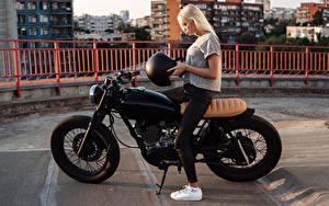 Картинка Блондинки Мотоциклист Шлем Девушки Мотоциклы