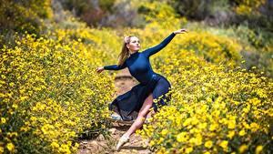 Фотография Блондинка Поза Танцует Балет Размытый фон Тропы Девушки