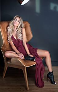 Обои Блондинка Сидящие Платье Кресло Девушки