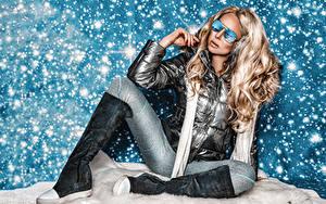 Картинки Блондинок Сидя Сапог Очки Снега Поза молодые женщины