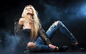 Фотография Блондинка Дымит Куртки Рука Сидящие Ног Джинсы Туфли Поза Девушки