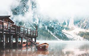 Обои Лодки Озеро Гора Италия Туман Lake Braies Природа