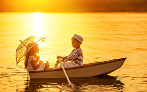 Картинка Лодки Речка 2 Мальчики Девочки Зонт Ребёнок