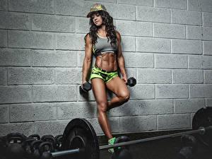 Фотография Бодибилдинг Шатенка Кепке Гантелями Ноги Живот Стенка молодая женщина Спорт