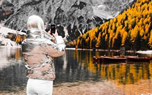 Фотография Размытый фон Блондинки Куртки Смартфоны Фотограф Вид сзади девушка