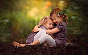 Обои Размытый фон Девочки Объятие Сидящие Двое Улыбается Дети