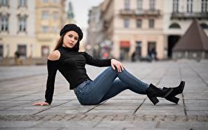 Фото Размытый фон Позирует Сидя Джинсов Взгляд Шатенка Ног Девушки
