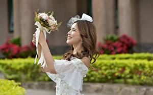Картинка Букет Азиатки Боке Рука Платья Улыбается Невесты Свадьбе Шатенки