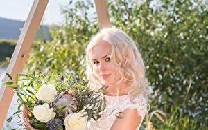 Обои Букеты Блондинки Смотрит Красивые молодые женщины