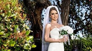 Обои Букеты Невесты Платье Улыбается Рука молодые женщины