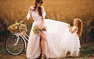 Фото Букеты Шатенка Невеста Платье Девочки Радость Велосипед Дети