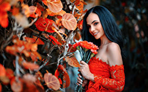 Фотографии Букеты Брюнетка Боке Улыбка Листья молодые женщины