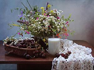Обои для рабочего стола Букеты Ромашки Молоко Вишня Натюрморт Стакан Стол Еда Цветы