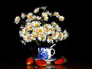 Фотография Букеты Ромашки Клубника На черном фоне Чашка Цветы Еда