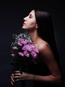 Картинка Букеты Хризантемы Руки Diana Pozdnysheva, Nikolay Bobrovsky молодые женщины Цветы