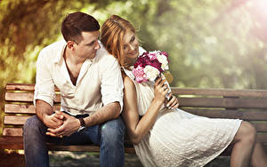 Фото Букеты Влюбленные пары Мужчины Скамья Сидящие Двое Шатенка Улыбается Девушки