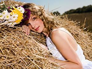 Фотография Букеты Русые Смотрит Соломе Красивый Сено Девушки