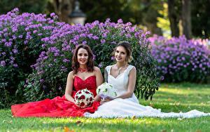 Фотография Букет Платье 2 Невесты Улыбается Сидящие молодые женщины
