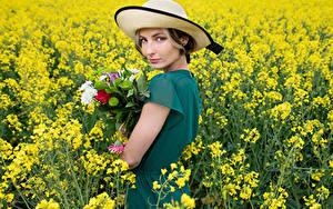 Фотография Букеты Поля Рапс Шляпа Смотрят Платья Alena