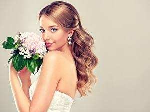Картинки Букеты Серый фон Шатенка Невеста Смотрит Серьги Красивые Девушки