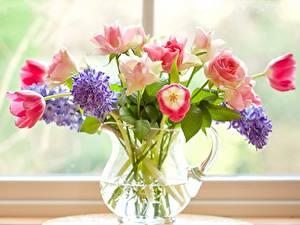 Обои для рабочего стола Букеты Гиацинты Тюльпан Розы Окна Кувшины цветок
