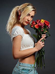 Картинки Букет Блондинка Смотрит Сером фоне Jenny молодые женщины
