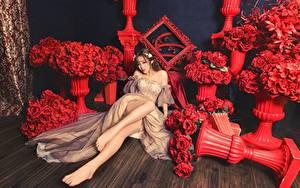 Фотографии Букет Роза Азиаты Красные Шатенки Платья Сидит Ноги Девушки