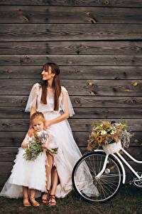 Обои Букет Стена Доски Две Шатенка Девочки Невесты Платье молодые женщины Дети
