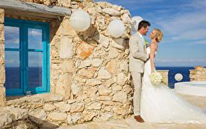 Фотография Букет Свадебные Жених Невесты Блондинок Улыбка Объятие Платье Девушки