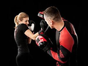 Обои Бокс Мужчина Тренируется Двое На черном фоне Перчатки спортивные Девушки