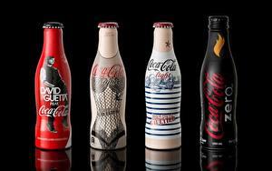 Картинка Бренд Coca-Cola Бутылки Четыре 4 На черном фоне Продукты питания