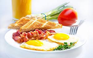 Фотографии Хлеб Бекон Завтрак Яичница Тарелке Вилка столовая Еда