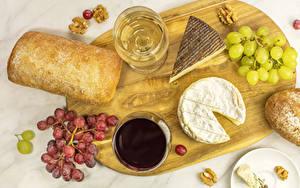 Фотография Хлеб Сыры Вино Виноград Орехи Разделочная доска Бокалы Продукты питания