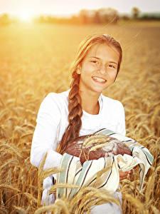 Фото Хлеб Девочки Улыбается Колосья Дети