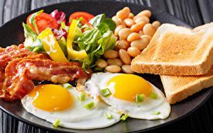 Фотографии Хлеб Мясные продукты Овощи Завтрак Яичница Пища